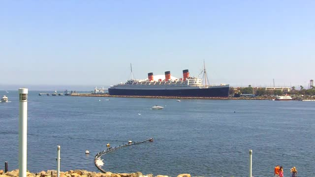 long-beach-harbor-with-the-queen-mary-ship-long-beach-ca_sbzspuvx__M0000